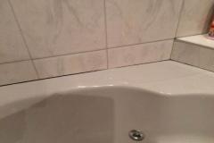 gereinigte Fuge der Badewanne
