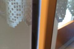 neu hergestellte Silikonfuge bei Fenster-Verglasung